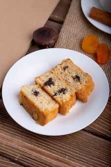 Vista lateral de fatias de pão de ló com chocolate em um prato