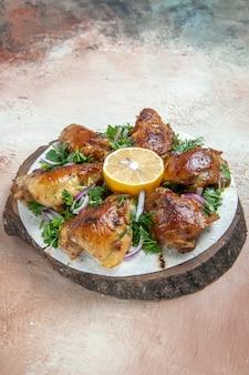 Vista lateral de frango, um frango apetitoso no lavash com ervas de cebolinha e limão na placa de madeira