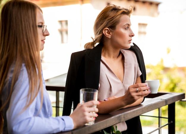 Vista lateral de funcionários de negócios na pausa para o café