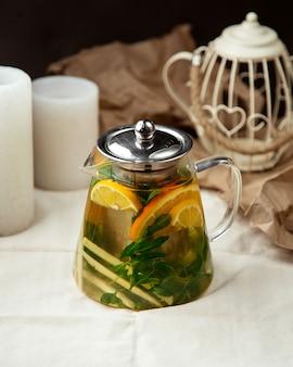 Vista lateral de gengibre chá laranja limão hortelã