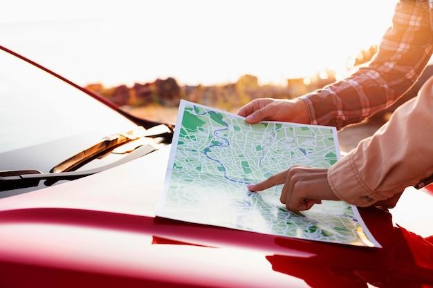 Vista lateral de homem e mulher verificando um mapa