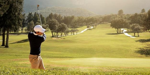Vista lateral de homem jogando golfe