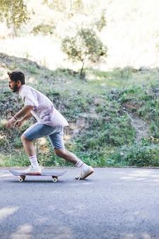 Vista lateral, de, homem, ligado, skateboard