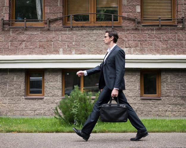Vista lateral, de, homem negócios, andar, por, um, predios
