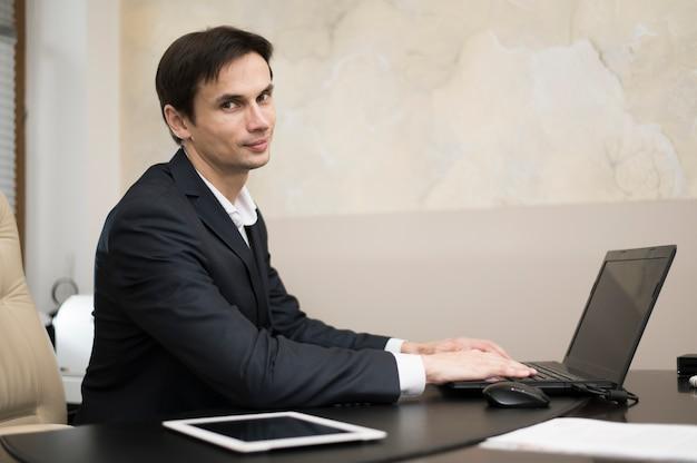 Vista lateral, de, homem negócios, trabalhando, em, escritório