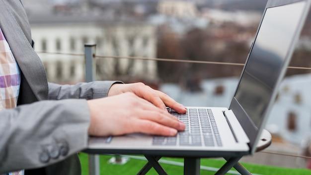 Vista lateral, de, homem negócios, usando computador portátil
