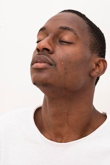 Vista lateral de homem negro chorando