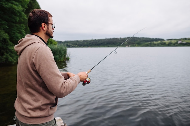 Vista lateral, de, homem, pesca, em, a, idyllic, lago