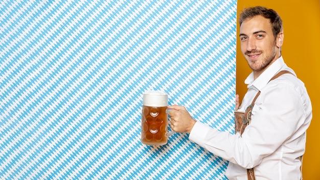 Vista lateral, de, homem, segurando, pinta cerveja