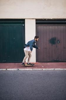 Vista lateral, de, homem, skateboarding