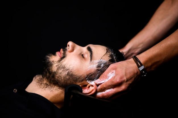 Vista lateral, de, homem, tendo, seu, cabelo lavado