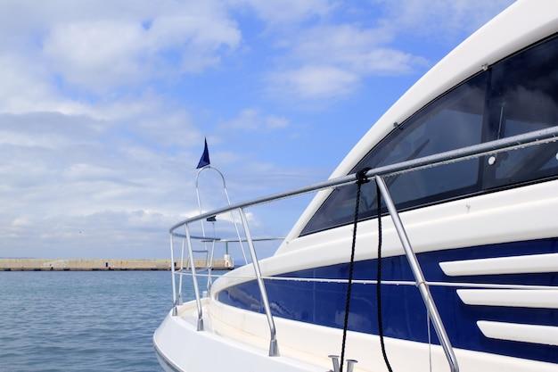 Vista lateral de iate azul porto de formentera baleares