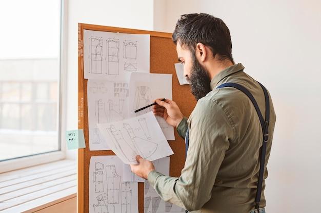 Vista lateral de ideias de consultoria de estilistas masculinos para uma nova linha de roupas