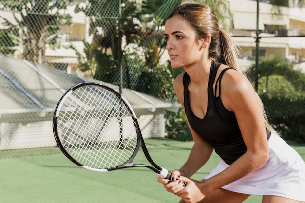 Vista lateral de jogador de tênis focada
