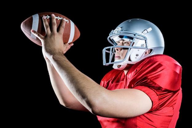 Vista lateral, de, jogador football americano, jogar bola