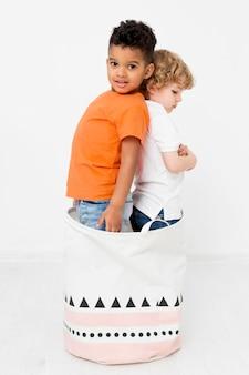 Vista lateral de jovens rapazes posando juntos no bascket