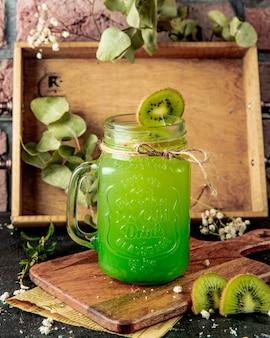 Vista lateral de limonada de kiwi