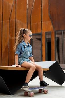 Vista lateral, de, menina, com, skateboard