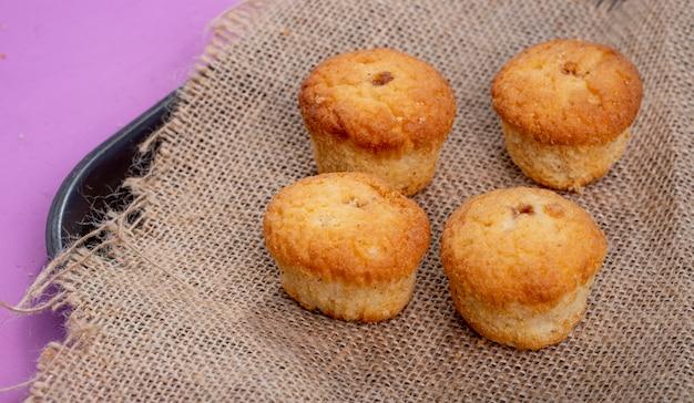 Vista lateral de muffins em rústico