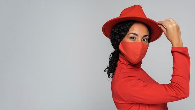 Vista lateral de mulher com chapéu e espaço de cópia
