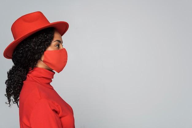 Vista lateral de mulher com máscara e espaço de cópia