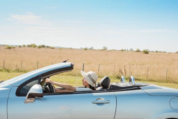 Vista lateral, de, mulher, dirigindo, cabriolet