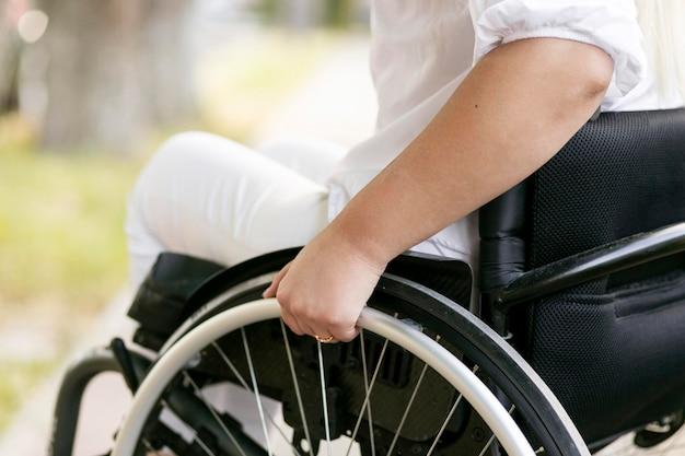 Vista lateral de mulher em cadeira de rodas