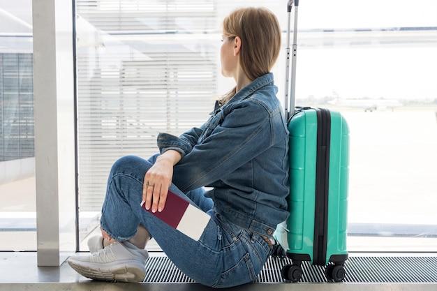 Vista lateral, de, mulher espera, em, aeroporto