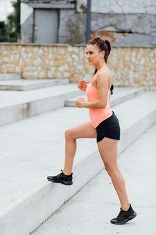 Vista lateral, de, mulher, exercitar, ligado, escadas