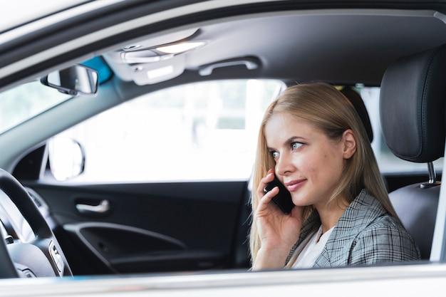 Vista lateral, de, mulher fala telefone