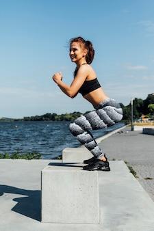 Vista lateral, de, mulher, fazendo, crouches