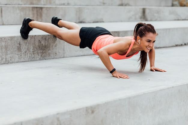 Vista lateral, de, mulher, fazendo, push-ups