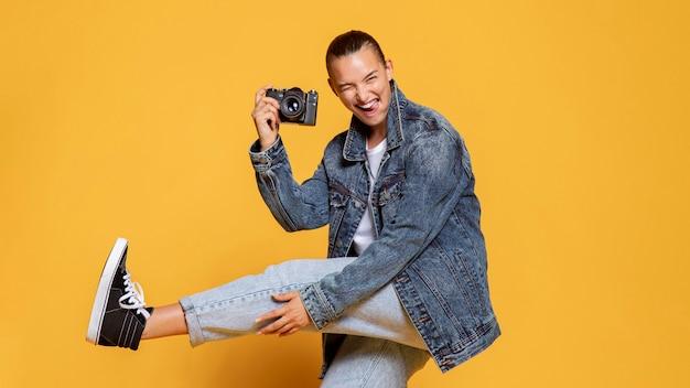 Vista lateral de mulher feliz com câmera
