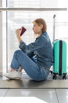 Vista lateral, de, mulher senta-se, em, aeroporto