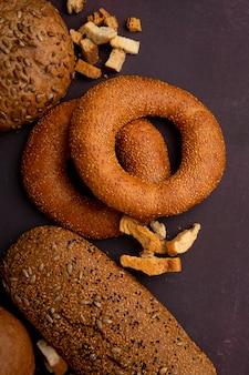 Vista lateral de pães como pão de forma sanduíche de pão de espiga no fundo marrom