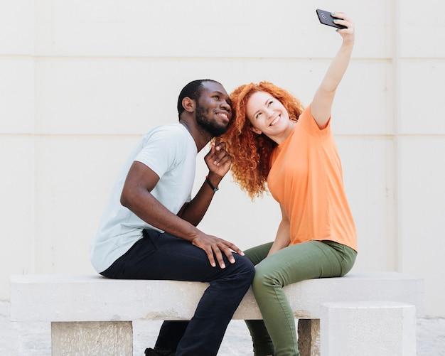 Vista lateral, de, par, fazendo exame um selfie