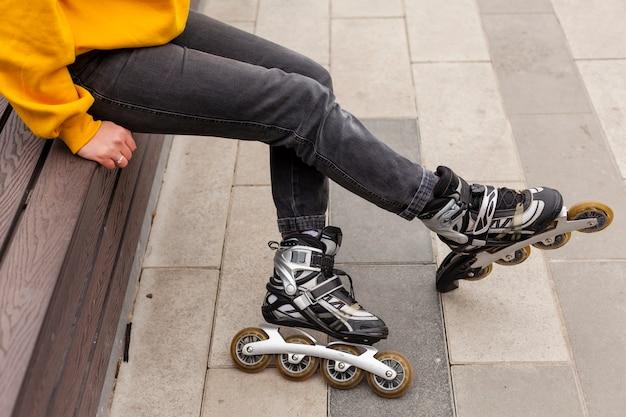 Vista lateral de patins na mulher