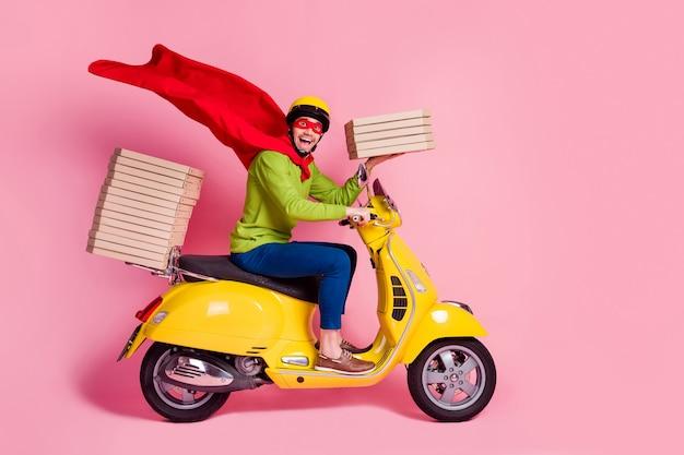 Vista lateral de perfil de cara em êxtase dirigindo uma motocicleta entregando pizza