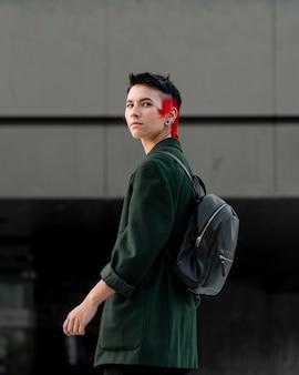 Vista lateral de pessoa não binária com retrato de penteado moderno