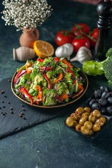 Vista lateral de salada vegana com ingredientes frescos em um prato na tábua de corte preta