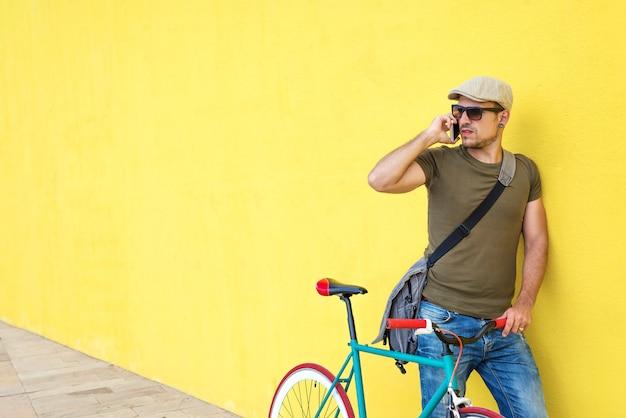 Vista lateral, de, um, adulto jovem, homem, com, um, vindima, bicicleta