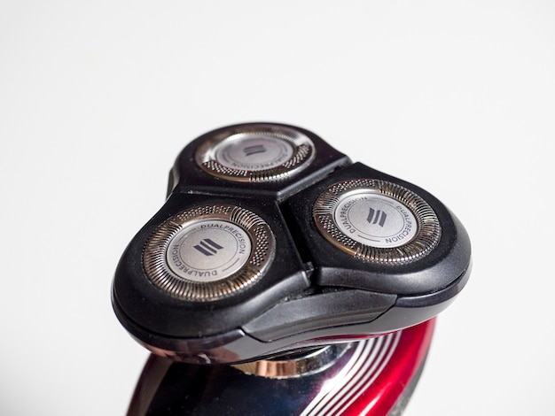 Vista lateral de um barbeador elétrico com três cabeças flutuantes. produtos de higiene pessoal para homens