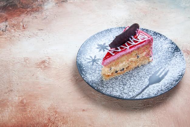 Vista lateral de um bolo apetitoso com chocolate no prato