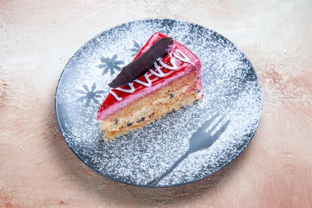Vista lateral de um bolo apetitoso com cremes de açúcar de confeiteiro no prato