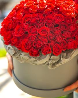 Vista lateral de um buquê de flores de rosas de cor vermelha