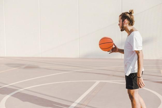 Vista lateral, de, um, homem, basquetebol jogo, em, ao ar livre, corte