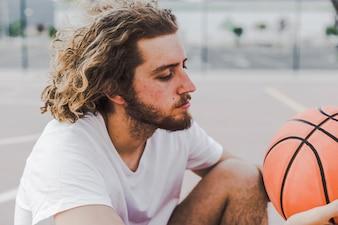 Vista lateral, de, um, homem jovem, com, basquetebol