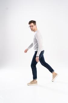 Vista lateral de um jovem fashionista caminhando
