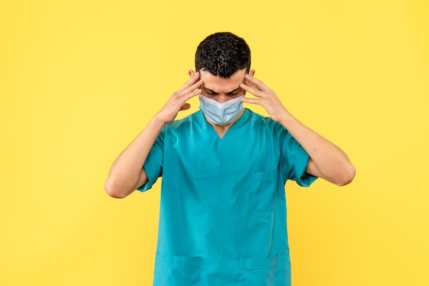 Vista lateral de um médico com máscara e uniforme azul com dor de cabeça