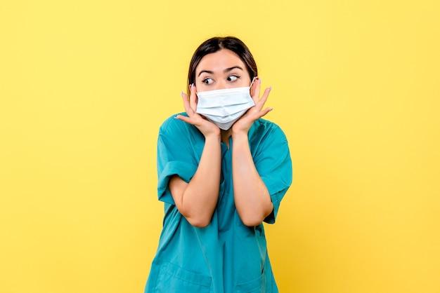 Vista lateral de um médico com máscara se surpreende com as reclamações dos pacientes